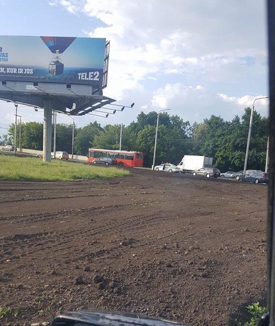 Kauno pilies žiedinėje sankryžoje susidūrė autobusas ir BMW
