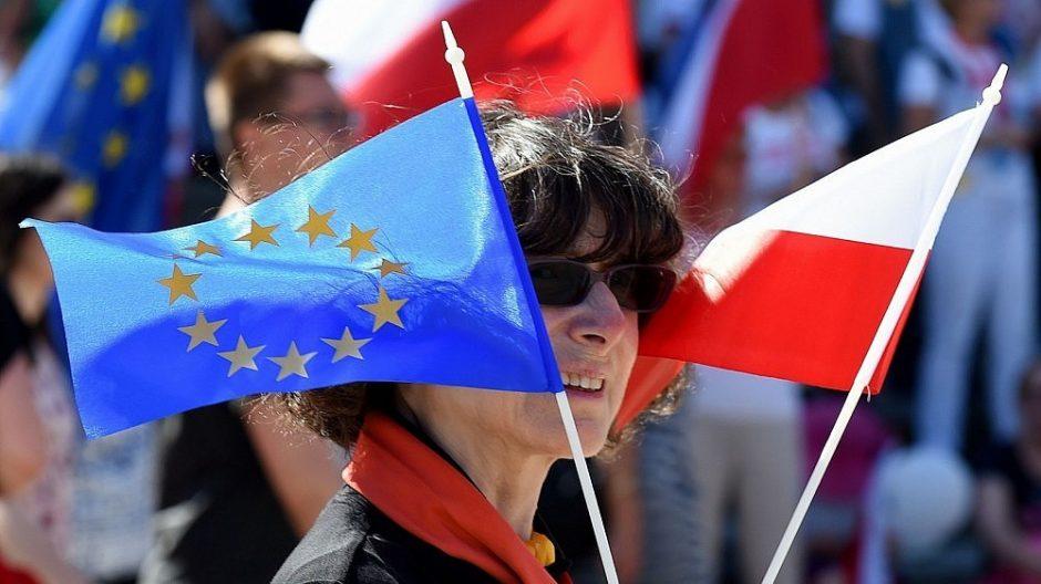 Lenkiją ir Vengriją svarsto drausminti finansiškai: mažiau ES pinigų
