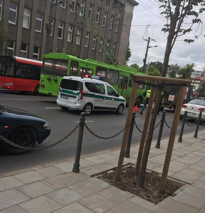 Miesto centre – karo medikų automobilio ir BMW avarija