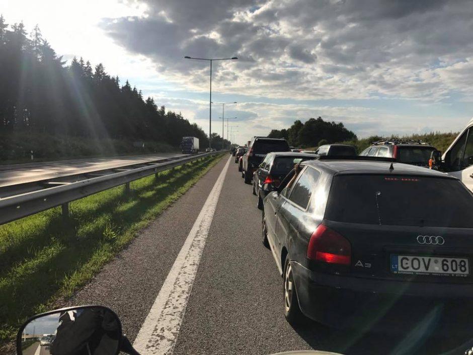 Magistralėje Vilnius-Kaunas vilkikas įlėkė į griovį