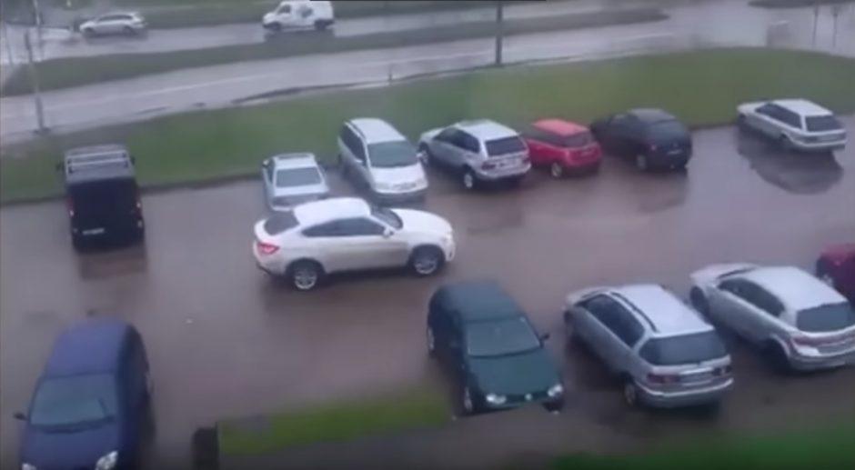 Kuriozas: teises praradęs vyras pareigūnų akivaizdoje sėdo vairuoti BMW