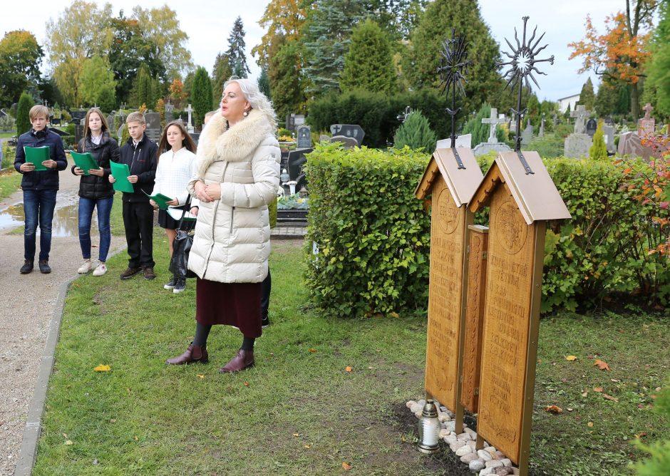 Apdovanotieji Kauno rajono garbės ženklais sodina ąžuolus, rūpinasi gyventojais