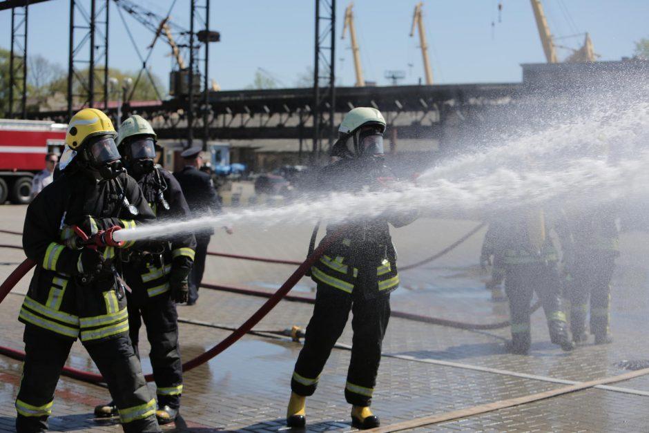 Tarnybos sukeltos ant kojų: krantinėje degė plaukiojantis dokas