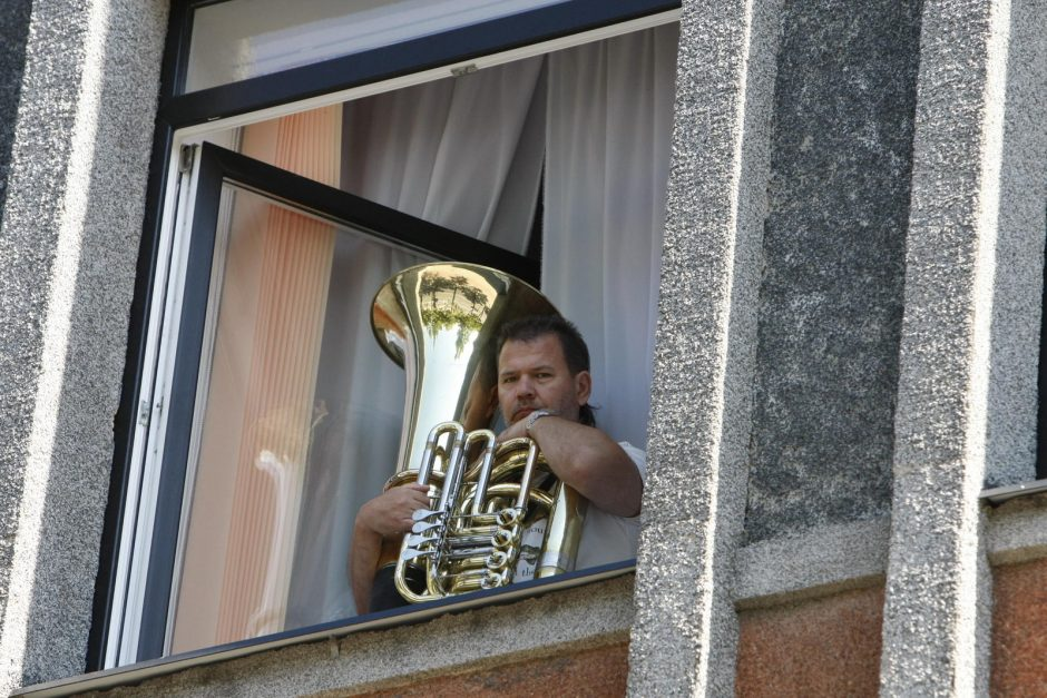 Muzikinio teatro aktoriai išlindo per langus