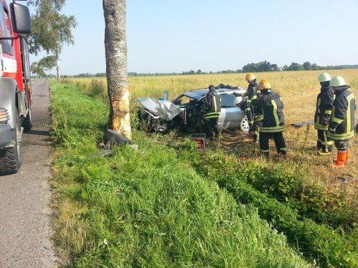 """Degučiuose į medį trenkėsi """"Audi A6″, vairuotojas mirė"""