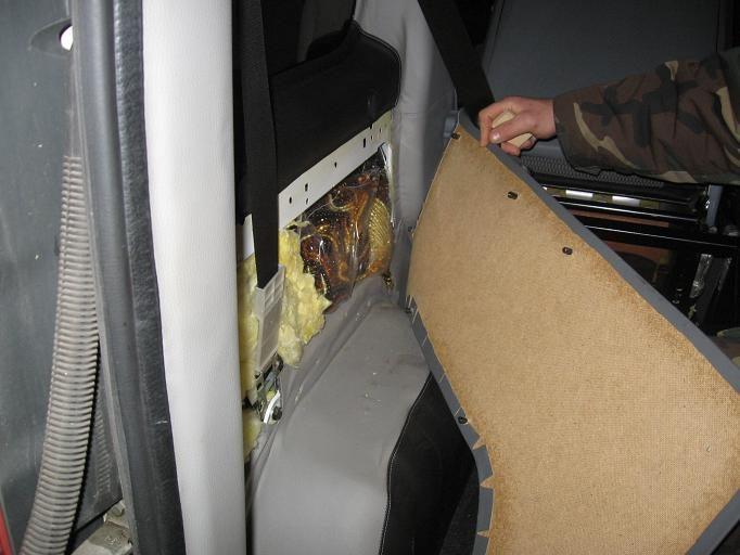 Gintaro dirbinius iš Lietuvos rusas gabeno mikroautobuso slėptuvėje