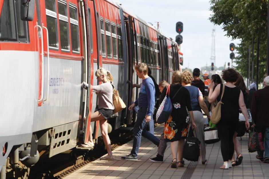 Studentų laukia sausakimši vagonai