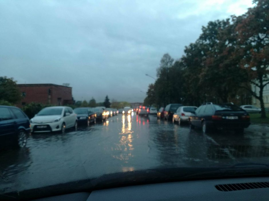 Rudeniški lietūs skandina miestą