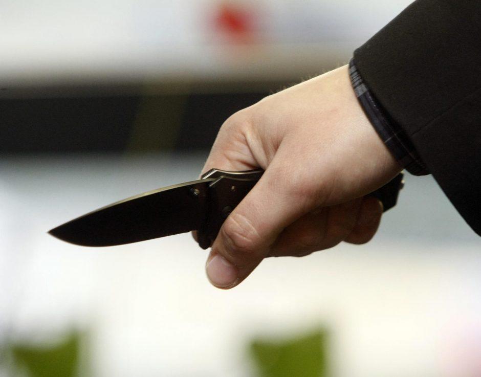 Praėjusią parą per konfliktus peiliu sužaloti trys vyrai