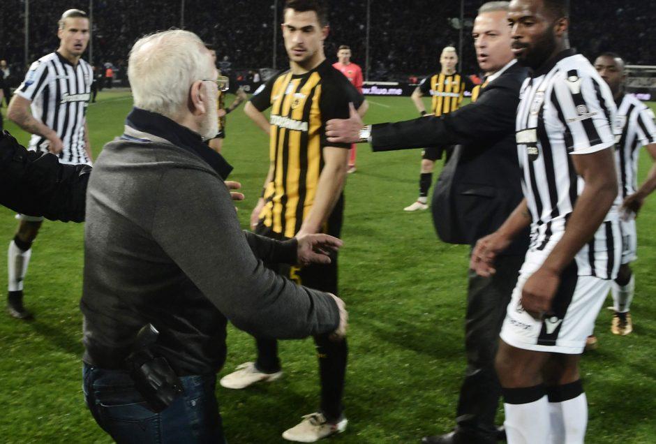 Graikijoje dėl į aikštę įsinešto ginklo sustabdytas futbolo lygos čempionatas