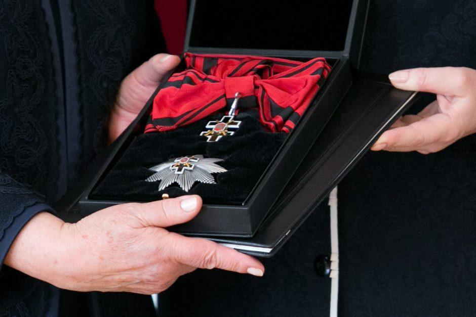 Valstybiniai apdovanojimai: garbė skęsta intrigose