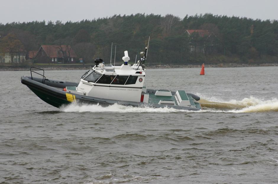 Pasieniečiai gelbėjo ant seklumos užplaukusio katerio keleivius