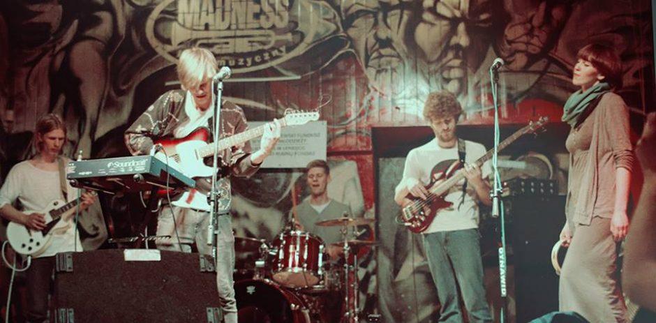 """Ketvirtadienį """"Vasaros terasoje"""" - nemokamas grupės """"Garbanotas Bosistas"""" ir indie folk atlikėjo Šarūno Petručio koncertas"""