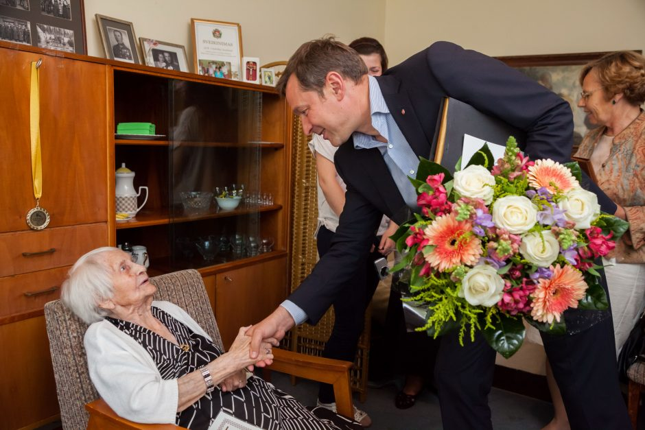 102 metų Lazdynų gyventoja sveikinusiems pažadėjo gyventi dar 10 metų