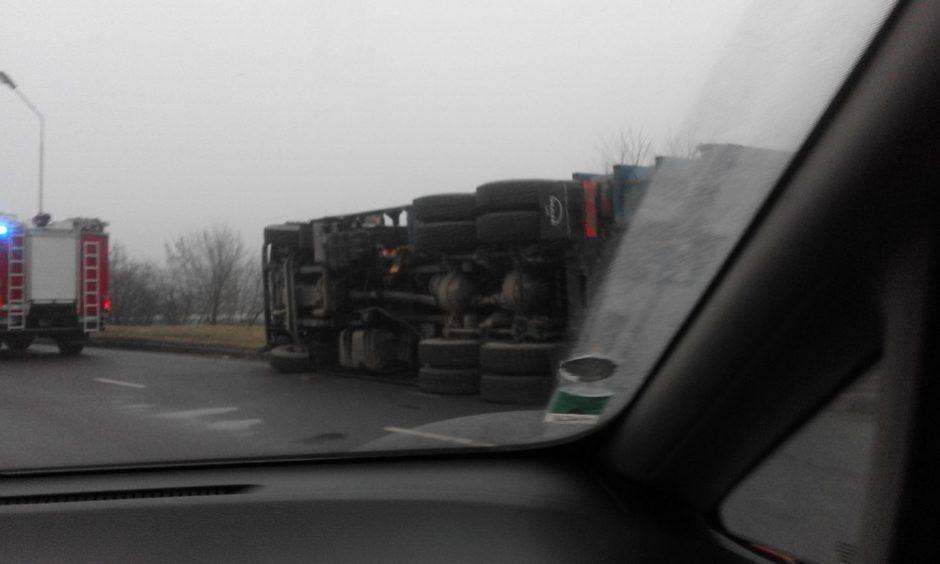 Nesėkminga kelionė: Kaune nuvirto sunkvežimis