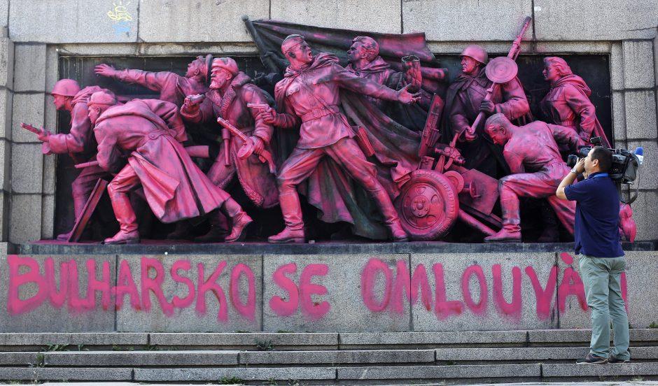 Sovietų armijos paminklas Sofijoje po nakties nušvito rožine spalva