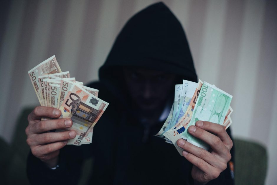 Sukčius iš senolės kortelės pavogė 550 eurų
