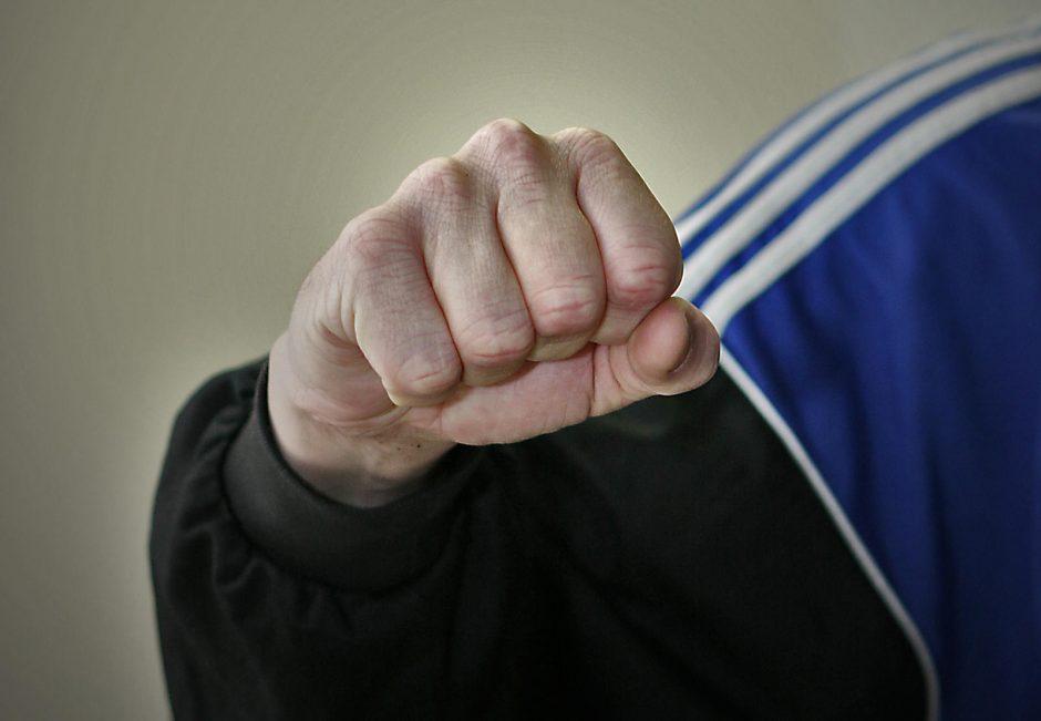 Kauno rajone vaikinas susimušė su policininku
