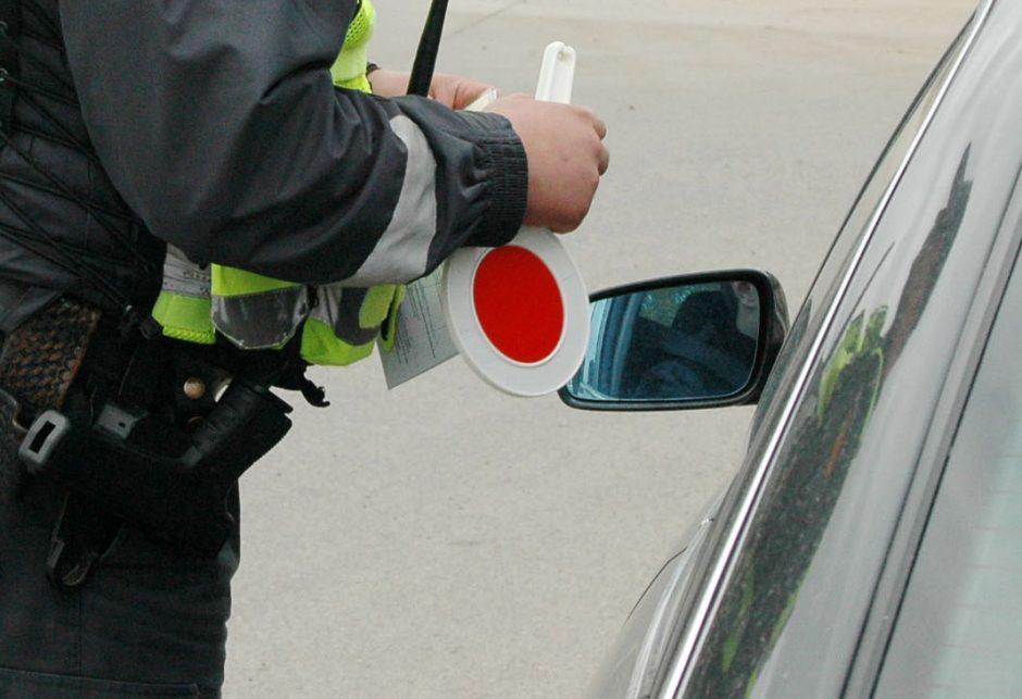 Už kalbėjimą telefonu sustabdytas mersedeso vairuotojas policininkui  kibo į atlapus