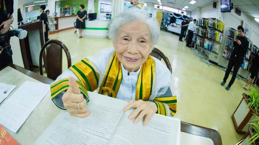 Mokytis niekada nevėlu: 91 metų tailandietei suteiktas bakalauro laipsnis