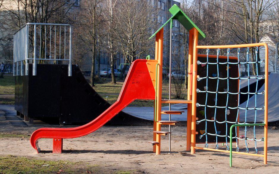 Mokyklos žaidimų aikštelėje susižalojo mergaitė