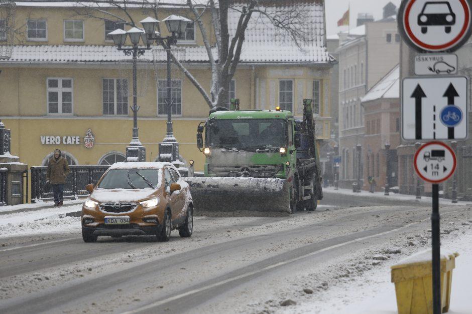 Pavojaus signalas: automobiliai maudosi druskoje