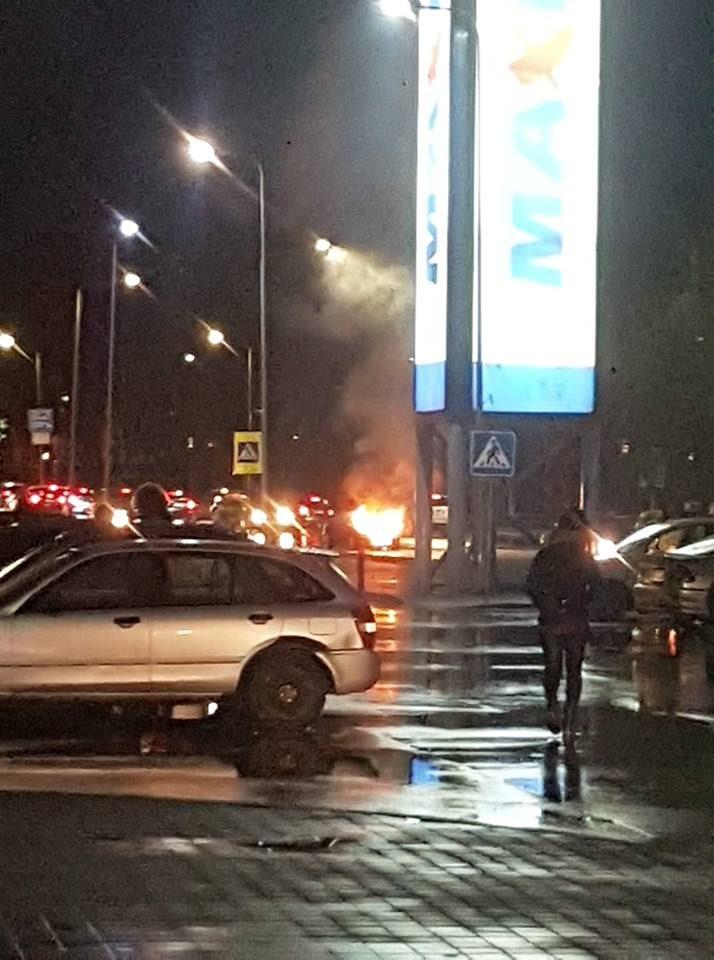 Jonavos gatvėje atvira liepsna degė automobilis (vaizdo įrašas)