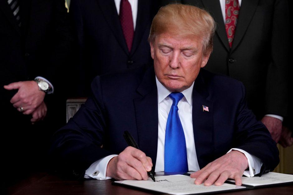 D. Trumpas vėl praranda populiarumą