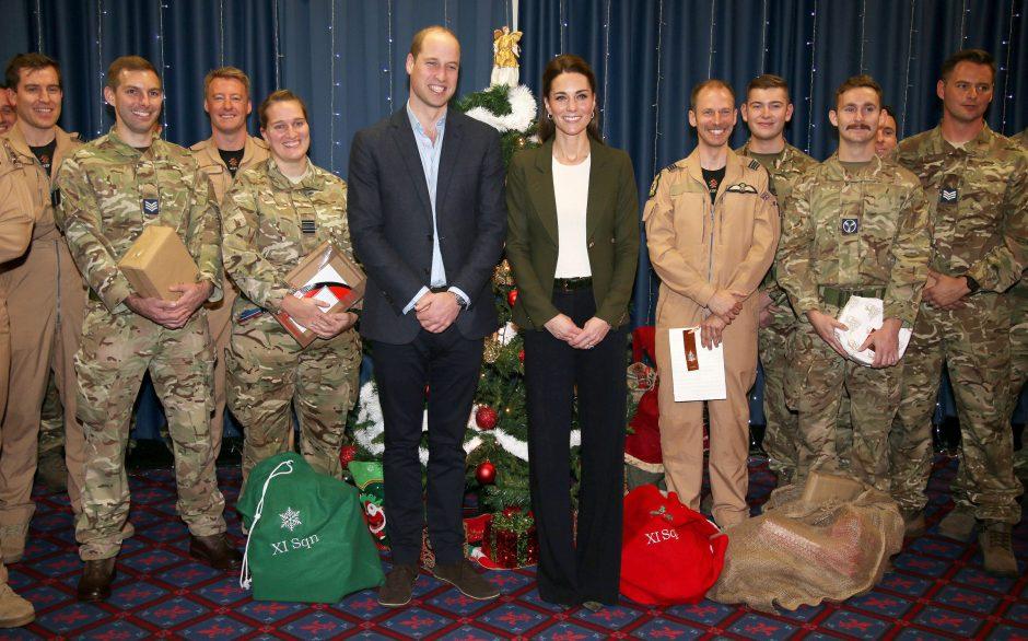 Britanijos princas Williamas su žmona veža kalėdinių dovanų britų kariams Kipre