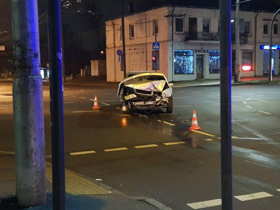 Kaune susidūrė trys automobiliai, medikų pagalbos prireikė vyrui
