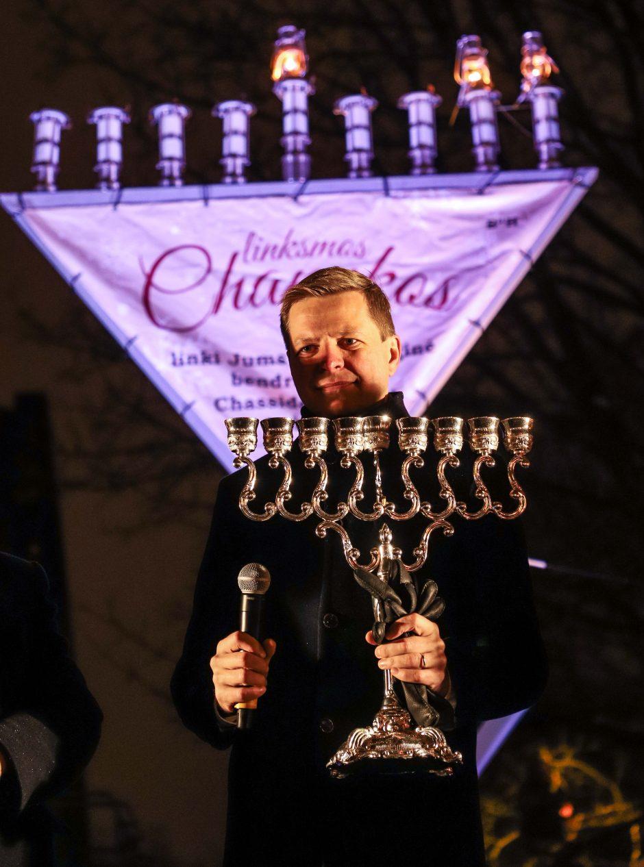 Įžiebta pirmoji Chanukijos žvakė