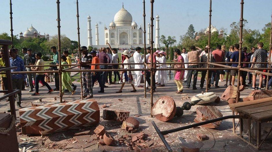Audra sugriovė dvi senovines kolonas prie įėjimo į Tadžmahalą