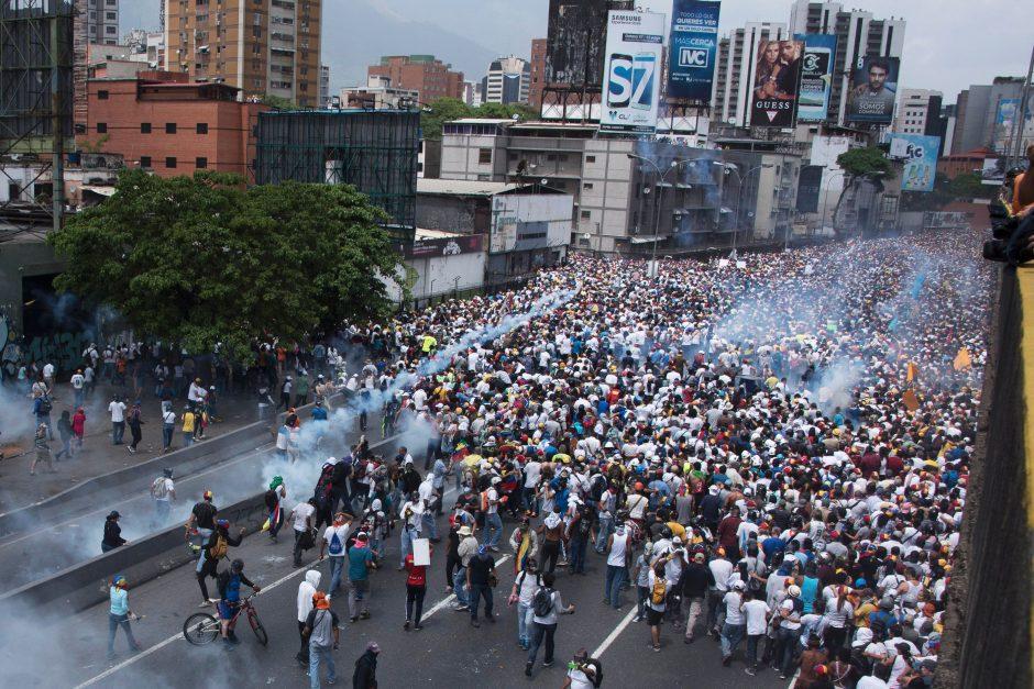 Venesueloje tūkstančiai demonstrantų protestavo prieš prezidentą N. Madurą