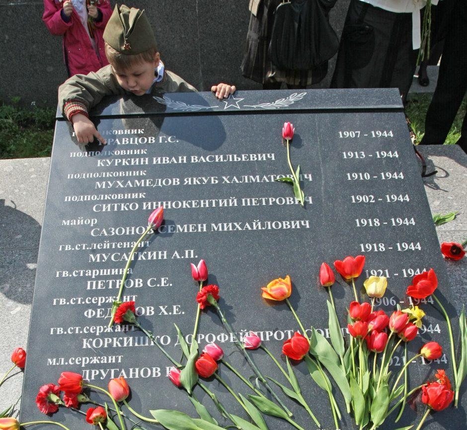 Aiškinasi dėl sovietinės simbolikos ant sovietų karių kapų Vilniuje
