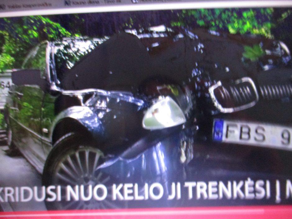 Vilniuje vairuotoja nesuvaldė BMW ir rėžėsi į medį