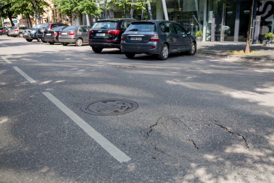 Atsargiai: miesto centre formuojasi smegduobė