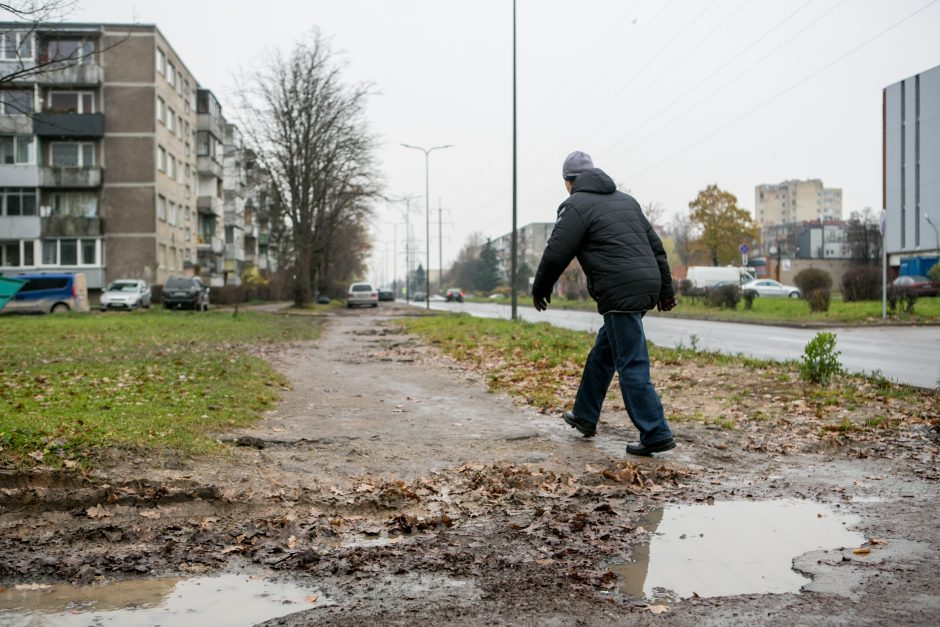 Nesutvarkyti Partizanų gatvės šaligatviai