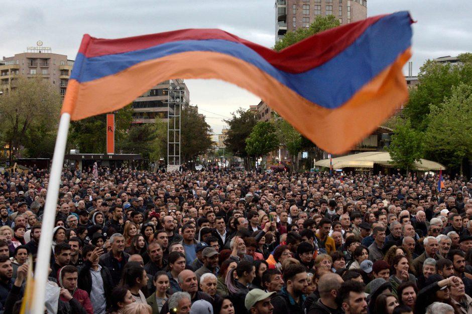 Armėnai protestuoja prieš buvusio šalies lyderio siekį įsitvirtinti valdžioje