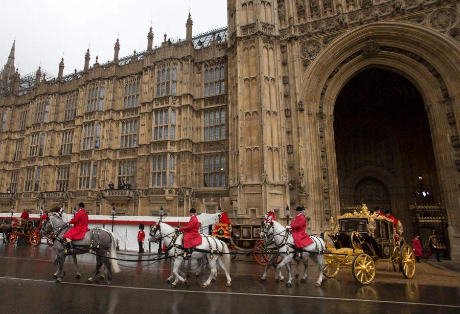 Pompastikos ir politikos sandūra: britų karalienė sakys metinę kalbą