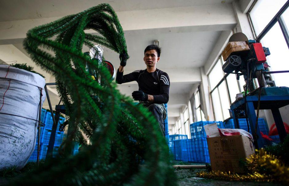 """Kinijoje esančiose """"Kalėdų senelio dirbtuvėse"""" plušama iš peties"""