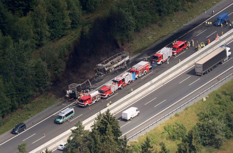Vokietijoje po avarijos užsiliepsnojus autobusui veikiausiai žuvo 18 žmonių