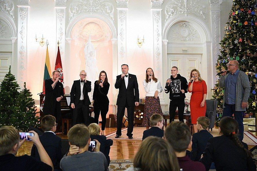 """Kalėdų eglę įžiebusi D. Grybauskaitė paskelbė """"Knygų Kalėdų"""" pradžią"""