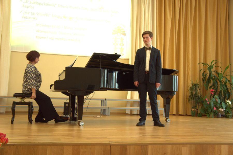 Garliavoje moksleiviai dainavo Lietuvai