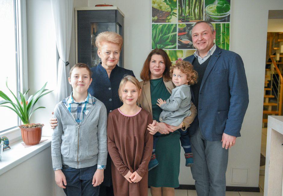 Prezidentė lankėsi budinčiųjų globotojų namuose