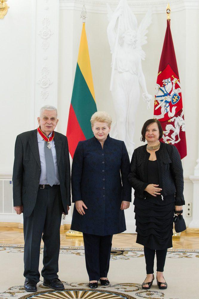 Prezidentė apdovanojo rašytoją T. Venclovą