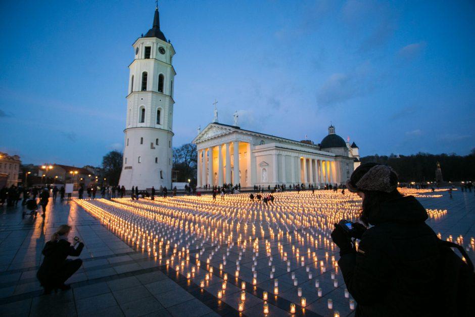Vilniuje Katedros aikštėje uždegta daugiau nei 16 tūkst. žvakučių