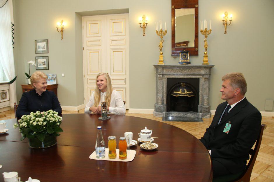 Prezidentė  R. Meilutytei padovanojo savo bičių medaus