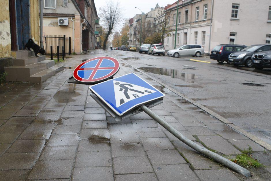 Vandalų taikinys Klaipėdoje – kelio ženklai