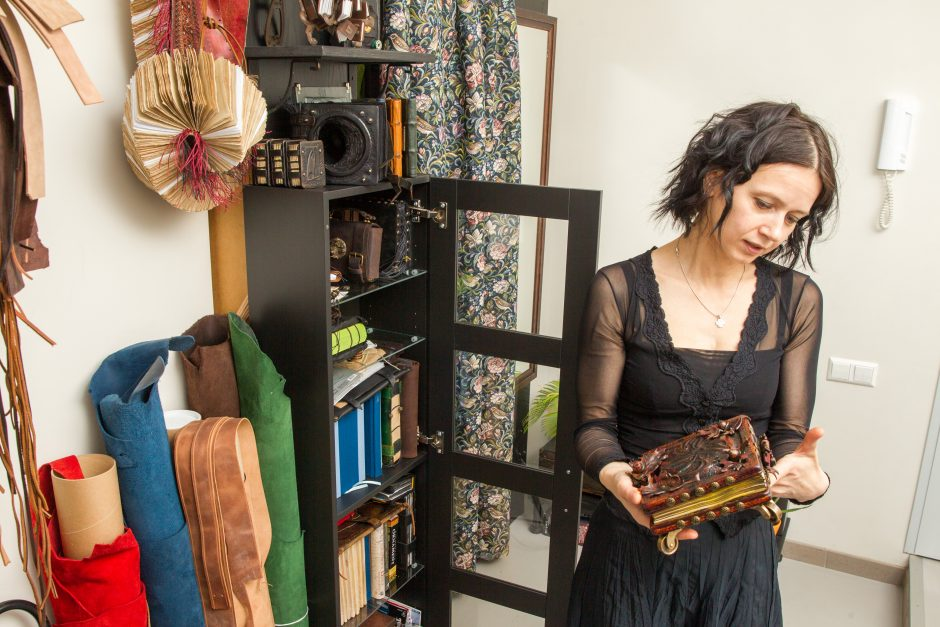 Jos rankose knygos virsta nepaprastais meno kūriniais
