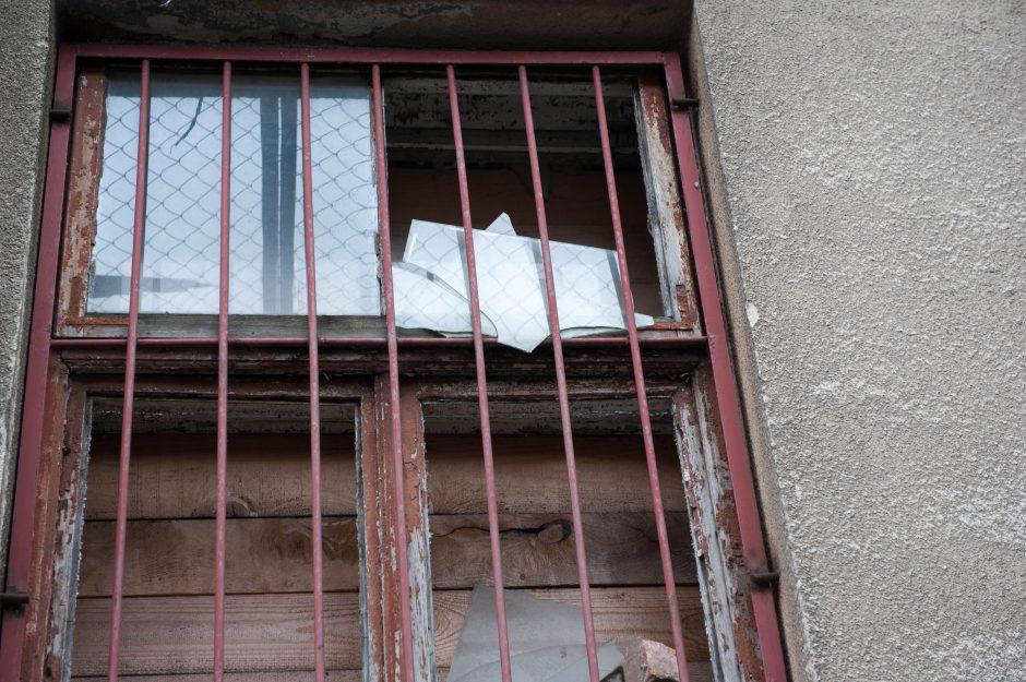 Skambina pavojaus varpais: ant praeivių krenta žydų ligoninės langai